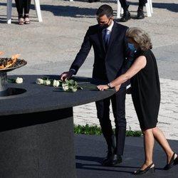 Pedro Sánchez coloca la rosa blanca en el pebetero en el homenaje de Estado