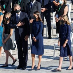 El Rey Felipe VI hace un gesto de respeto en el homenaje por las víctimas del coronavirus