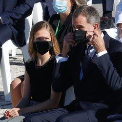 El Rey Felipe se coloca la mascarilla ante la mirada de la Princesa Leonor en el homenaje de Estado