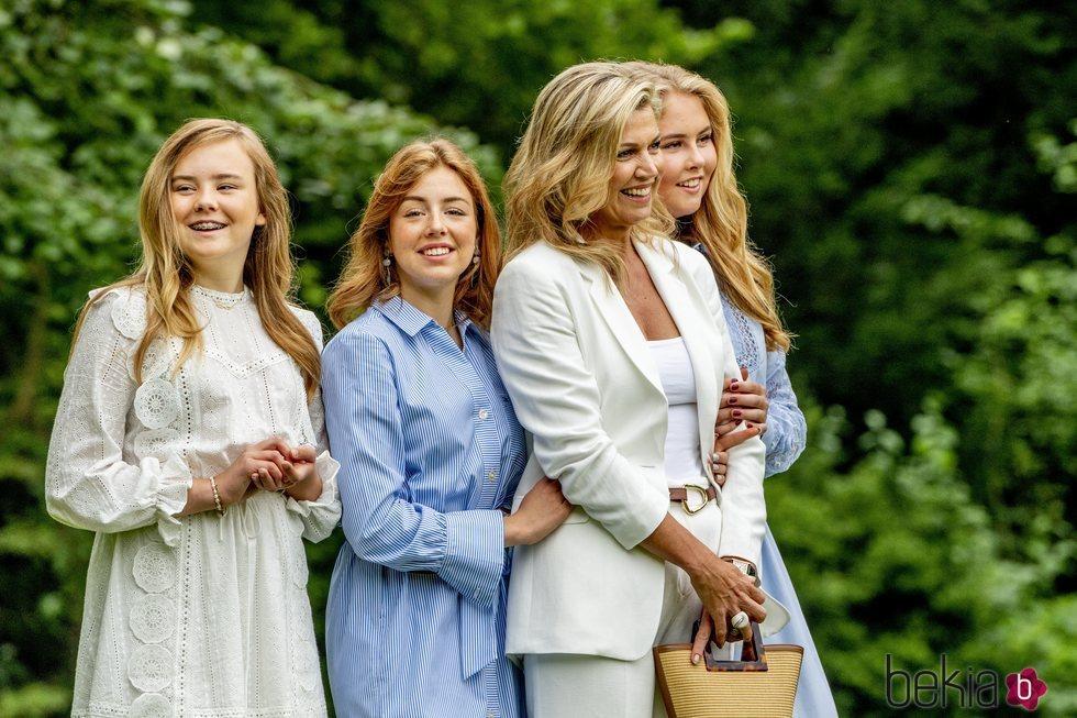 Máxima de Holanda, muy cómplice con sus hijas las Princesas Ariane, Amalia y Alexia en su posado de verano 2020