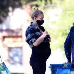 Sophie Turner presume de tripita de embarazada en una jornada familiar