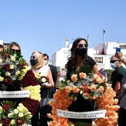 Paz Padilla sostiene una corona con claro mensaje para el fallecido Juan Vidal