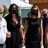 Paz Padilla y Anna Ferrer tras el coche fúnebre con los restos mortales de Juan Vidal