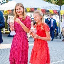Las Princesa Isabel y Leonor comiendo patatas fritas el Día Nacional de Bélgica 2020