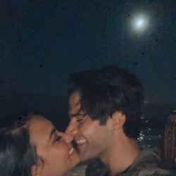 Demi Lovato y Max Ehrich haciéndose un selfie besándose