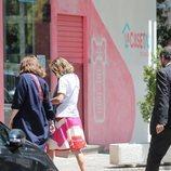 Ágatha Ruiz de la Prada y Luis Gasset haciendo recados por Madrid