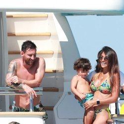 Leo Messi y Antonella Roccuzzo de vacaciones en Ibiza con su hijo Ciro