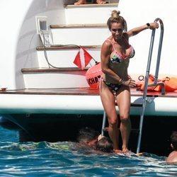 Sofía Balbi lanzándose al agua durante sus vacaciones de verano en Ibiza