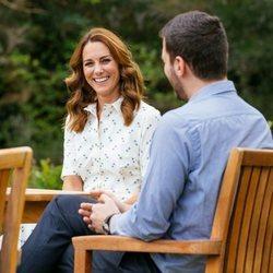Kate Middleton hablando con representantes de organizaciones benéficas de la salud mental