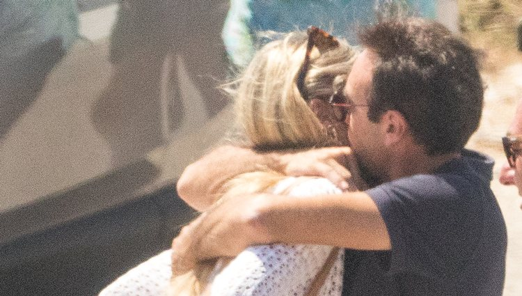 Enrique Ponce abrazando a Ana Soria