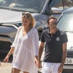 Enrique Ponce paseando de la mano de Ana Soria