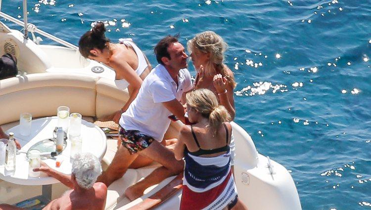 Enrique Ponce casi besando a Ana Soria montados en un barco