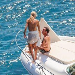 Enrique Ponce junto a Ana Soria en un barco