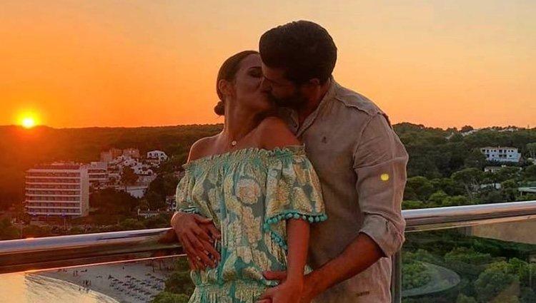 Paula Echevarría y Miguel Torres besándose durante sus vacaciones en Menorca