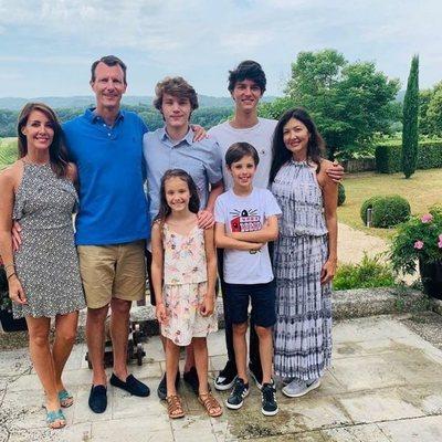 Félix de Dinamarca con sus padres, Joaquín de Dinamarca y Alexandra Manley, sus hermanos Nicolas, Enrique y Athena de Dinamarca y con Marie de Dinamarca en