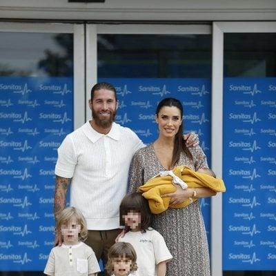 Sergio Ramos y Pilar Rubio presentan a Máximo Adriano junto a sus tres hijos