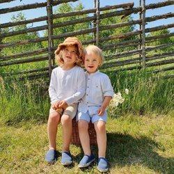 Alejandro y Gabriel de Suecia en el campo