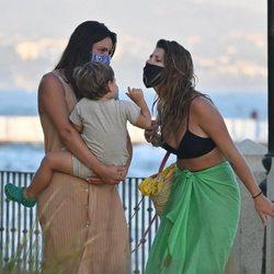 Anita Matamoros jugando con Matías, el hijo de Laura Matamoros, en Marbella
