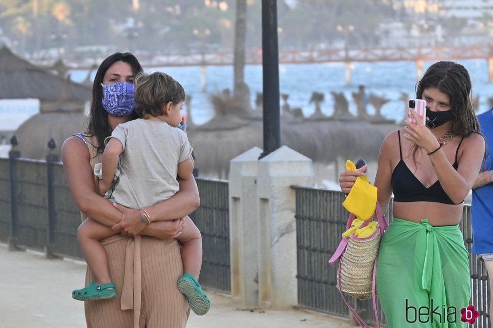 Anita Matamoros haciendo una foto a Matías, el hijo de Laura Matamoros, durante sus vacaciones en Marbella