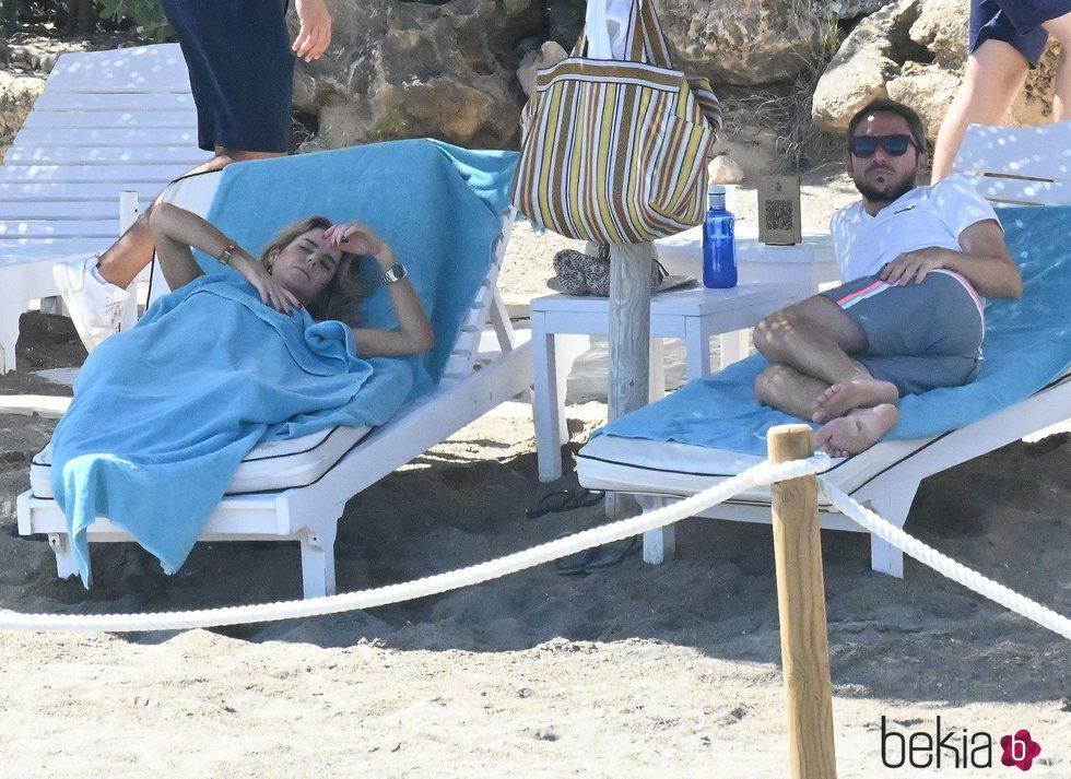 Amelia Bono y Manuel Martos relajados en la playa de Marbella