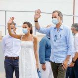 Los Reyes Felipe y Letizia saludando en Menorca