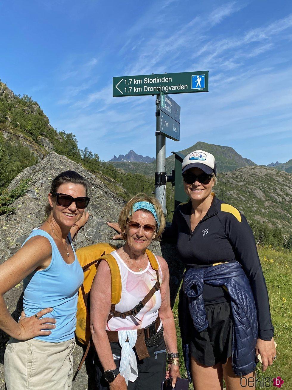 Sonia de Noruega, Mette-Marit de Noruega y Marta Luisa de Noruega subiendo a Dronningvarden
