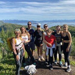 Sonia de Noruega, Haakon y Mette-Marit de Noruega, Ingrid Alexandra de Noruega, Marta de Luisa de Noruega y sus hijas haciendo senderismo en Dronningvarden