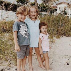 Leonor de Suecia, Nicolás de Suecia y Adrienne de Suecia en la playa en Florida
