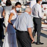 La Reina Letizia hablando con un anciano en Ibiza