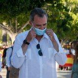 El Rey Felipe colocándose la mascarilla en Ibiza