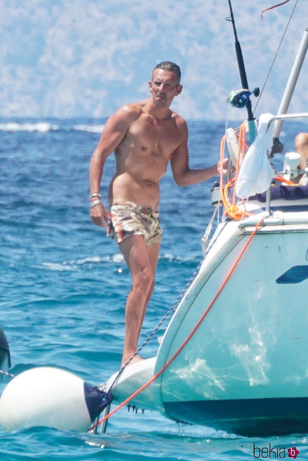 Joaquín Prat disfrutando de sus vacaciones de verano en un barco en Formentera