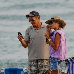'El Cordobés' y Virginia Troconis en la playa de Marbella