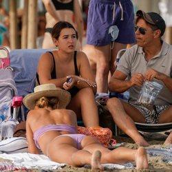 'El Cordobés' con su hija Alba y su mujer Virginia Troconis en la playa de Marbella