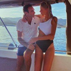 Ana Soria y Enrique Ponce se miran con amor en un barco