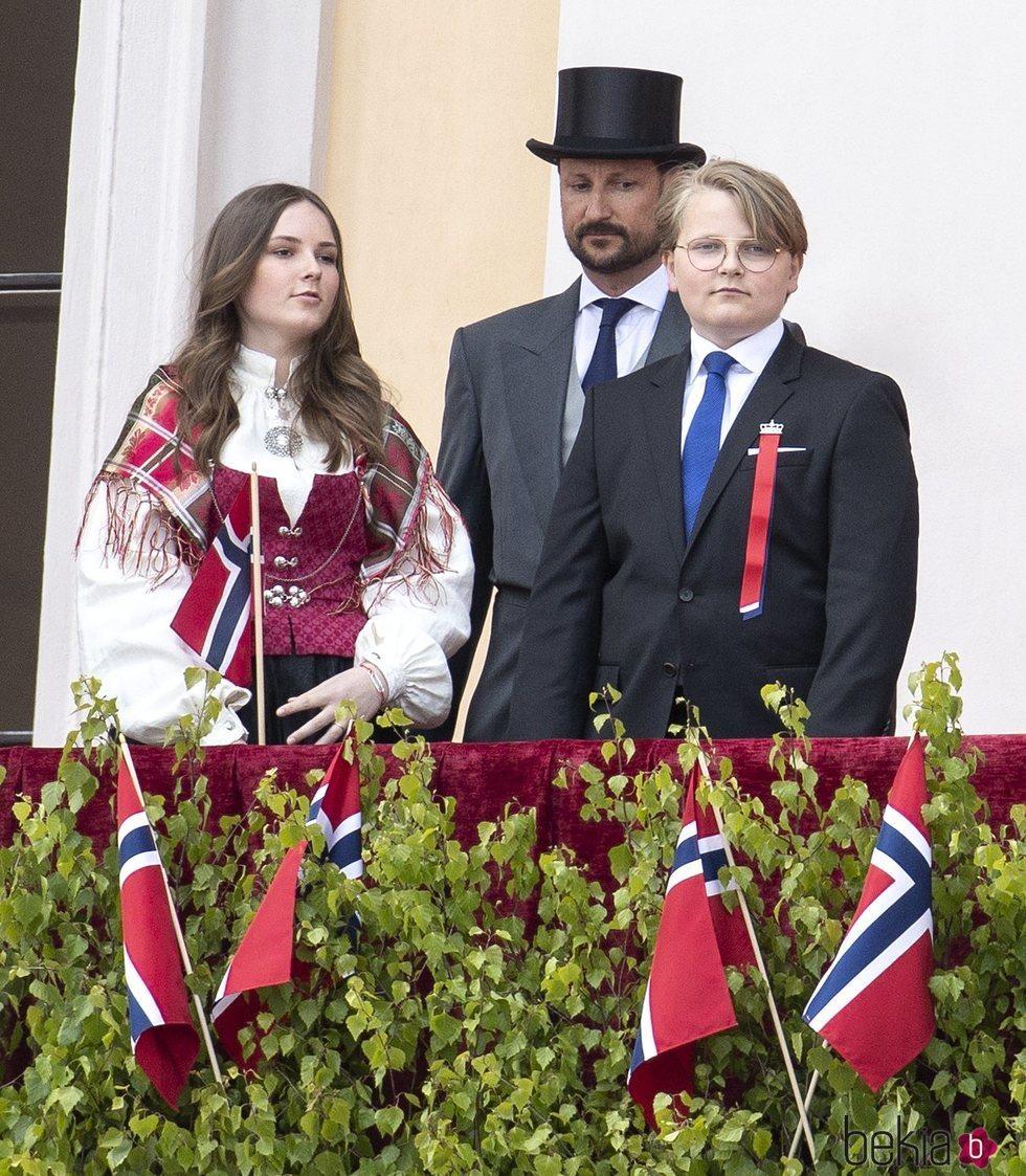 Haakon de Noruega, Ingrid Alexandra de Noruega y Sverre Magnus de Noruega en el Día Nacional de Noruega 2020