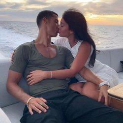 Cristiano Ronaldo y Georgina Rodríguez besándose en su barco