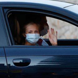 La Princesa Leonor saluda desde el coche a su llegada a Mallorca con la Familia Real