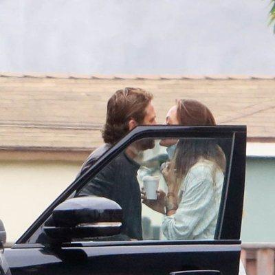 Gerard Butler y Morgan Brown besándose en Malibú durante la pandemia del coronavirus
