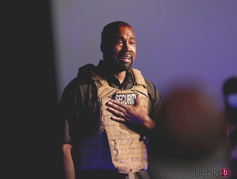 Kanye West llorando durante un mitin político durante su campaña a Presidente de los Estados Unidos 2020