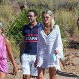 Enrique Ponce y Ana Soria con amigos en una playa de Almería