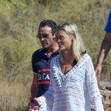 Enrique Ponce y Ana Soria de paseo por una playa de Almería durante sus vacaciones