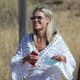 Ana Soria muy sonriente durante una jornada de playa en Almería con Enrique Ponce