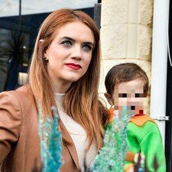 Beatriz Trapote con su hijo pequeño en brazos