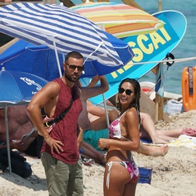 Lara Álvarez saludando a Adrián Torres en Formentera
