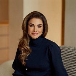 Rania de Jordania, posando de manera informal con motivo de su 50 cumpleaños