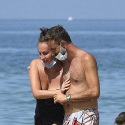Ana Milán paseando con su novio en la playa de Cádiz