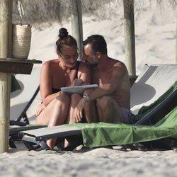 Ana Milán, acaramelada con su novio en unas tumbonas durante sus vacaciones en Cádiz