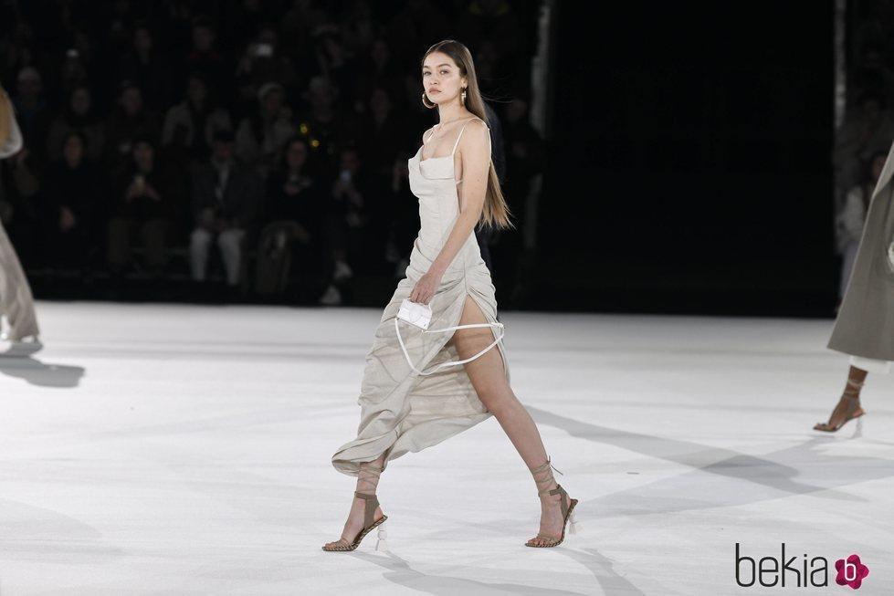 Gigi Hadid desfilando para Jacquemus en la presentación de su colección prêt-à-porter otoño 2020