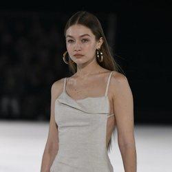 Gigi Hadid desfilando para Jacquemus en su desfile prêt-à-porter otoño 2020