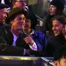 Brad Pitt con Nicole Poturalski en un concierto de Kanye West